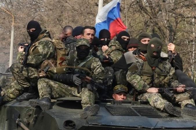 7771188494_des-hommes-armes-sur-un-tank-arborant-le-drapeau-russe-le-16-avril-2014-a-slaviansk