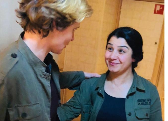 Plus haut en compagnie d'Asrin Abdallah (commandante et porte-parole des combattantes Kurdes du YPJ)